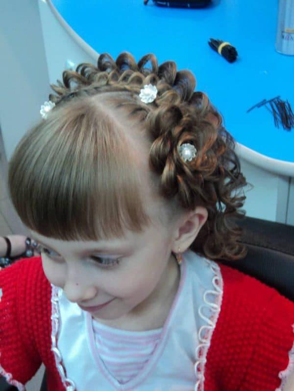 прическа на короткие волосы на выпускной в детский сад