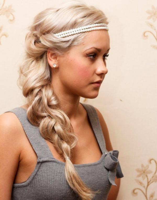 прическа на бок на средние волосы