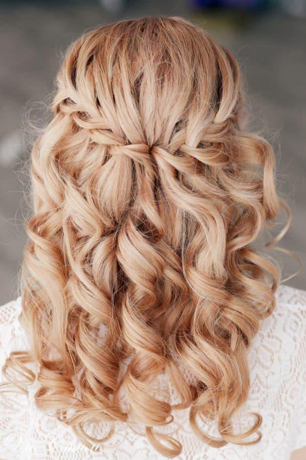 Африканские косички легко укладываются в разнообразные причёски. Их можно поднять вверх или собрать в хвост.