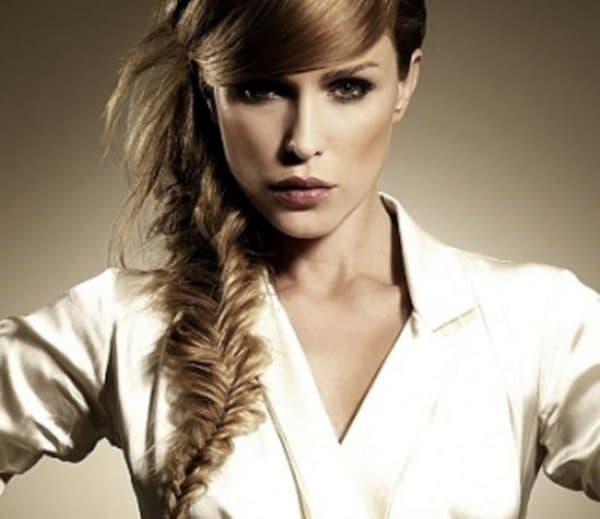 прически на длинные волосы на бок